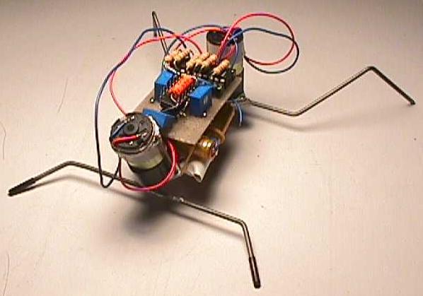 """Схема.  Фотография шагающего робота.  Робот работает по прицепу  """"нейронных сетей """"."""
